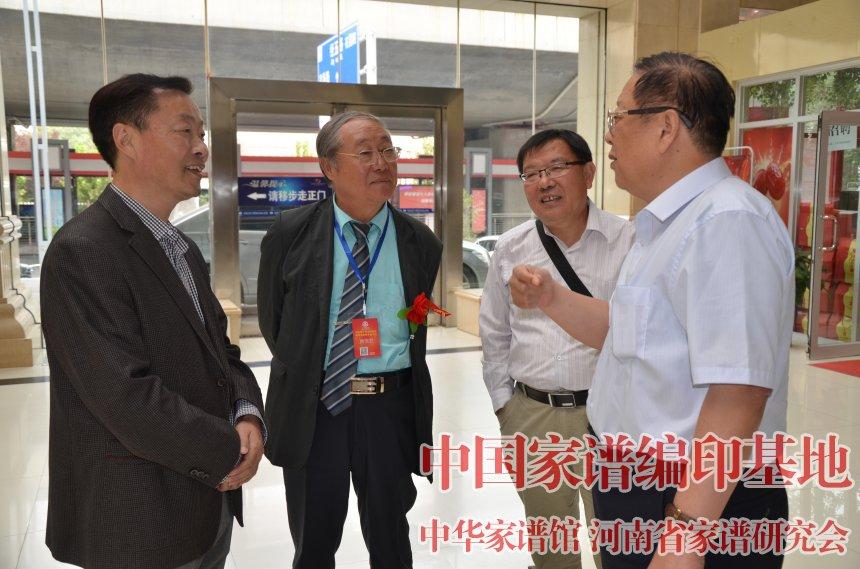 林宪斋会长在大会期间与家谱专家在交流.jpg