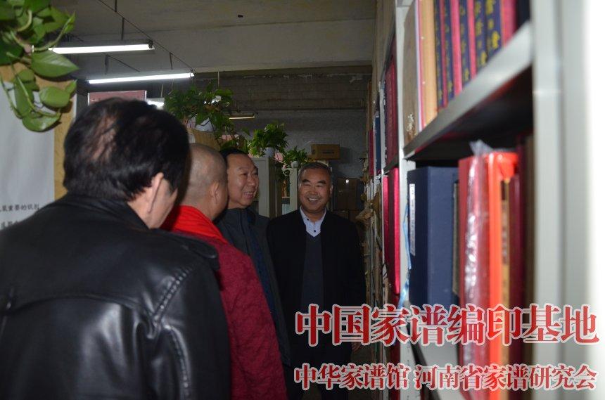 魏怀习向客人展示他收藏的20多部姓氏通谱.jpg